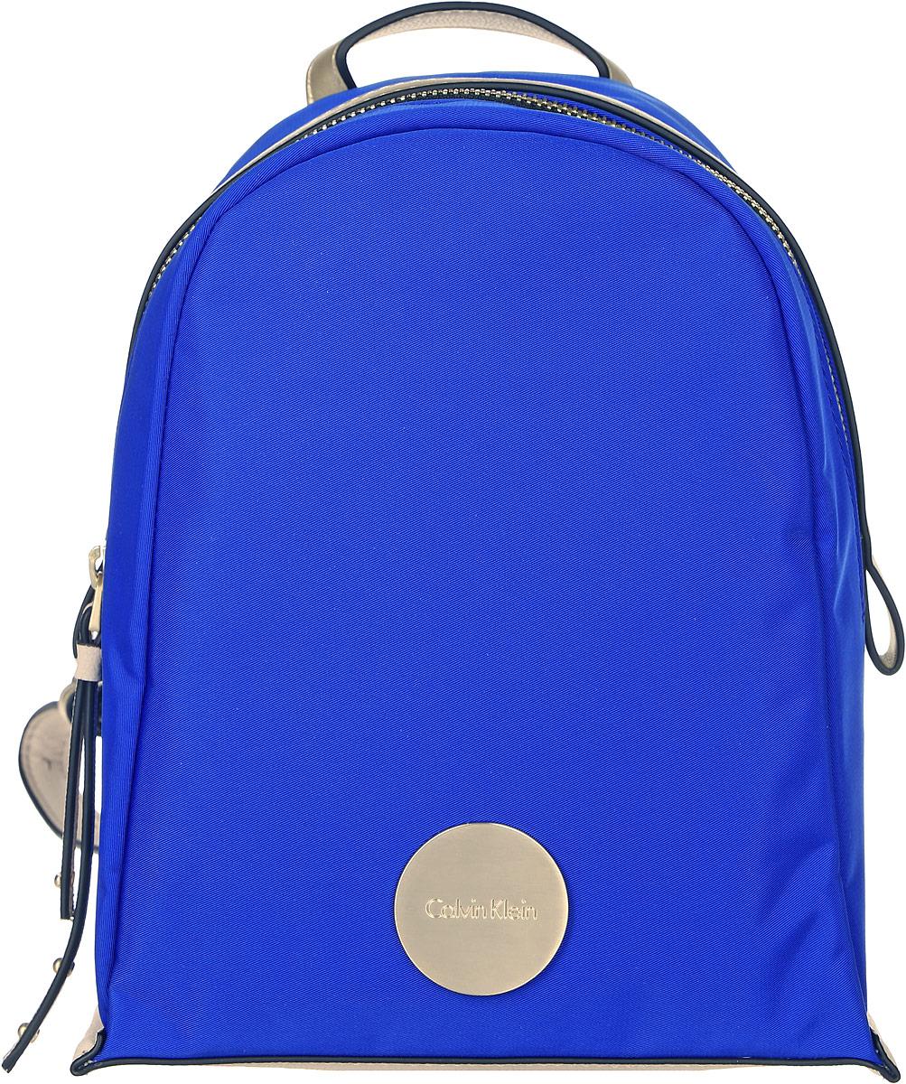 Рюкзак женский Calvin Klein Jeans, цвет: голубой. K60K602638_437023008Рюкзак женский Calvin Klein Jeans выполнен из прочного высококачественного текстиля с элементами из искусственной кожи. Модель с одним отделением, закрывающимся на молнию. Внутри имеется прорезной карман на молнии и накладной карман. Рюкзак оснащен петлей для подвешивания и регулируемыми по длине плечевыми лямками.