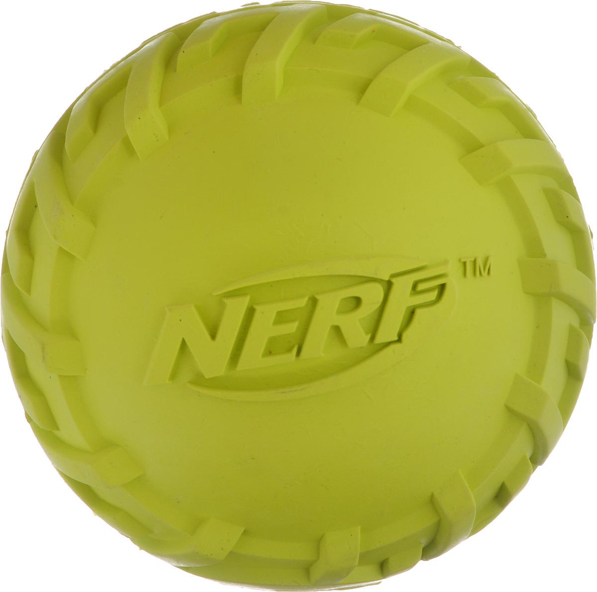 Игрушка для собак Nerf Шина. Мяч, с пищалкой, диаметр 7,5 см0120710Игрушка для собак Nerf Шина. Мяч выполнена из резины в форме мяча с уникальным рисунком протектора шины. Игрушка оснащена пищалкой, что вызовет дополнительный интерес вашего питомца. Такая игрушка порадует вашего любимца, а вам доставит массу приятных эмоций, ведь наблюдать за игрой всегда интересно и приятно. Диаметр игрушки: 7,5 см.