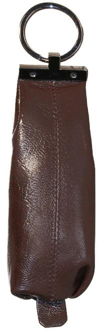 Ключница Malgrado, цвет: коричневый. 52017-5402D39864|Серьги с подвескамиКомпактная ключница Malgrado изготовлена из натуральной кожи и имеет одно отделение на молнии. Внутри находится металлическая цепочка с кольцом для ключей. Снаружи - металлическое кольцо для возможности крепления к поясу или сумке. Ключница упакована в коробку из плотного картона с логотипом фирмы.Этот аксессуар станет замечательным подарком человеку, ценящему качественные и практичные вещи. Характеристики: Материал:натуральная кожа, металл, текстиль. Размер ключницы:13,5 см x 4,5 см х 1,5 см. Цвет:коричневый. Размер упаковки:13,5 см x 10 см x 3,5 см. Артикул:52017-5402D.