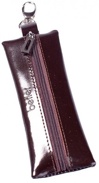 Ключница Befler, цвет: коричневый. KL.8.-139864|Серьги с подвескамиКомпактная ключница Befler коричневого цвета - стильная вещь для хранения ключей. Ключница, закрывающаяся на застежку-молнию, выполнена из натуральной кожи высокого качества с естественной лицевой поверхностью. Внутри ключницы расположено металлическое кольцо для ключей и дополнительный наружный карабин для крепления.Характеристики: Цвет: коричневый. Размер (без карабина): 14 см x 5 см x 1 см.Размер упаковки: 14 см x 7,5 см x 2 см. Материал: натуральная кожа. Производитель: Россия. Артикул:KL.8.-1.brown.