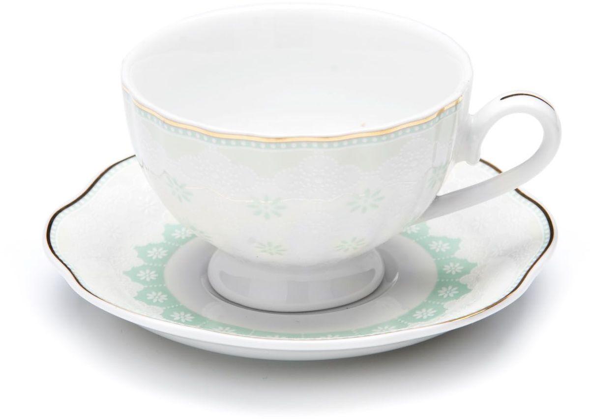 Кофейный сервиз Loraine, 110 мл, цвет: мятный, подарочная упаковка. 26441-1VT-1520(SR)Кофейный набор на 6 персон Loraine выполнен из высококачественного костяного фарфора - материала безопасного для здоровья и надолго сохраняющего тепло напитка.Несмотря на свою внешнюю хрупкость, каждый из предметов набора обладает высокой прочностью и надежностью. Элегантный классический дизайн с тонкой золотой каймой делает этот кофейный набор прекрасным украшением любого стола. Набор аккуратно упакован в подарочную упаковку, поэтому его можно преподнести в качестве оригинального и практичного подарка для своих родных и самых близких. В наборе: 6 кофейных чашек, 6 блюдец. Подходит для мытья в посудомоечной машине.