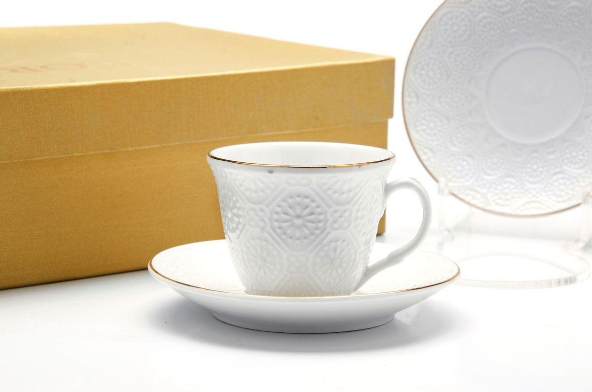 Кофейный сервиз Loraine, 80 мл, 12 предметов. 2650126554Кофейный набор на 6 персон Loraine выполнен из высококачественного костяного фарфора - материала безопасного для здоровья и надолго сохраняющего тепло напитка. В наборе 6 кофейных чашек и 6 блюдец. Несмотря на свою внешнюю хрупкость, каждый из предметов набора обладает высокой прочностью и надежностью.Элегантный классический дизайн с тонкой золотой каймой делает этот кофейный набор прекрасным украшением любого стола.Набор аккуратно упакован в подарочную упаковку, поэтому его можно преподнести в качестве оригинального и практичного подарка для своих родных и самых близких.Подходит для мытья в посудомоечной машине.