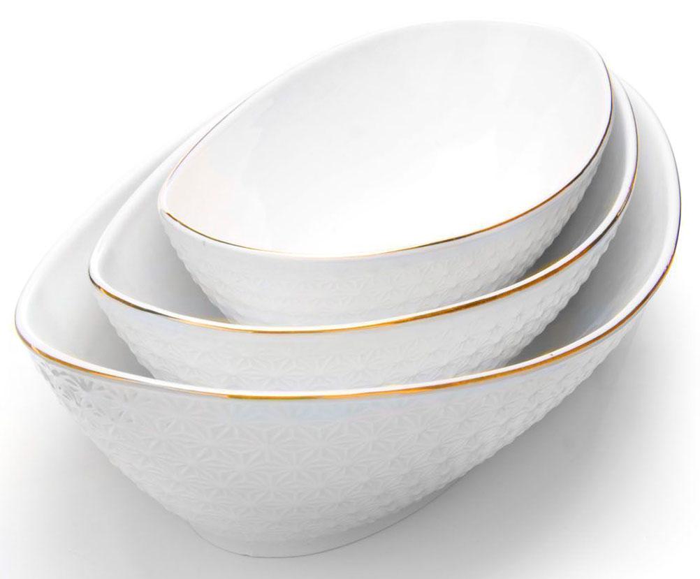 Набор салатников Loraine, 3 предмета, 23 х 28 х 33 см. 265151556870Набор салатников Loraine -великолепная и изящная модель, которая станет превосходным дополнением, как для вашего повседневного стола, так и праздничной сервировки. Прекрасно подойдет как для подачи салатов или гарниров.Приготовление пищи с использованием такой посуды становиться более приятным и легким процессом, так как в ней удобно перемешивать продукты и ее легко мыть.Подходит для мытья в посудомоечной машине.Размер салатников:33,2 х 18,7 х 7,8 см, 28,5 х 15 х 6,7 см, 23 х 13 х 6 см.