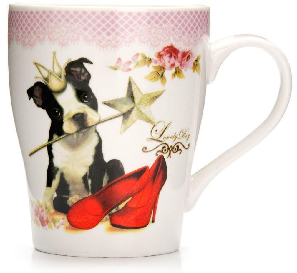 Кружка Loraine Собака, 340 мл, подарочная упаковка. 26568-154 009312Кружка Loraine, выполненная из костяного фарфора и украшенная ярким рисунком, станет красивым и полезным подарком для ваших родных и близких. Дизайн изделия придется по вкусу и ценителям классики, и тем, кто предпочитает утонченность и изысканность. Кружка Loraine настроит на позитивный лад и подарит хорошее настроение с самого утра. Изделие пригодно для использования в микроволновой печи и холодильника. Подходит для мытья в посудомоечной машине.