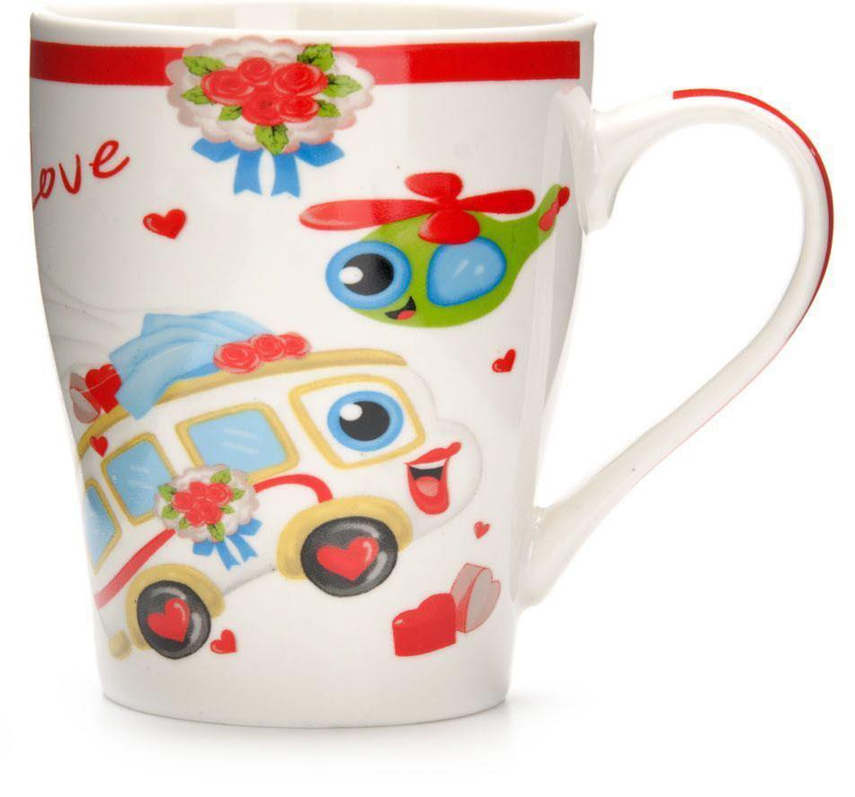 Кружка Loraine Автомобиль, 340 мл, подарочная упаковка. 26583-1115510Кружка Loraine, выполненная из костяного фарфора и украшенная ярким рисунком, станет красивым и полезным подарком для ваших родных и близких. Дизайн изделия придется по вкусу и ценителям классики, и тем, кто предпочитает утонченность и изысканность. Кружка Loraine настроит на позитивный лад и подарит хорошее настроение с самого утра. Изделие пригодно для использования в микроволновой печи и холодильника. Подходит для мытья в посудомоечной машине.