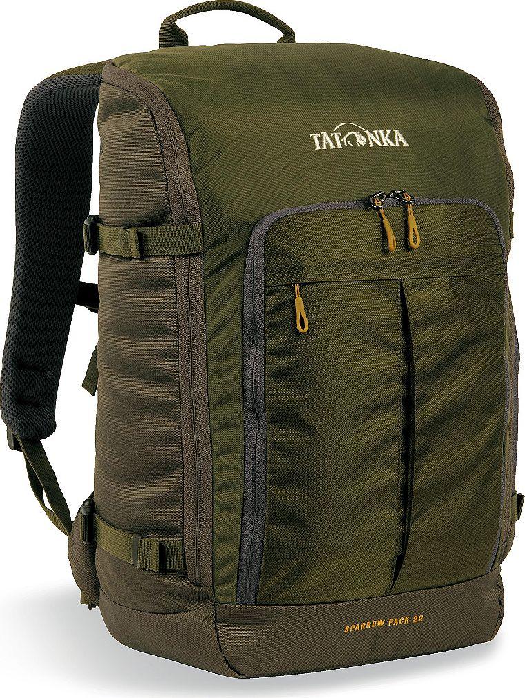 Рюкзак городской Tatonka Sparrow Pack, для учебы и работы, цвет: оливковый, 22 лГризлиКомпактный офисный рюкзак для учебы или работы. Основное отделение открывается полностью благодаря молнии, идущей по периметру рюкзака. Для ноутбука размером до 15,4 дюймов имеется специальное отделение-карман. Рюкзак, также, оснащен передним карманом с удобным органазйером. Рюкзак отлично держит форму, даже если внутри мало вещей. Преимущества и особенности: Спинка Vent ComfortЛямки анатомической формыРегулируемый нагрудный ременьКомпрессионные стропыРучка для переноскиДополнительные карманы в основном отделенииРюкзак открывается полностьюПлотное дноПередний карман с органайзеромКрючок для ключейОтделение для ноутбука 15,4 дюйма