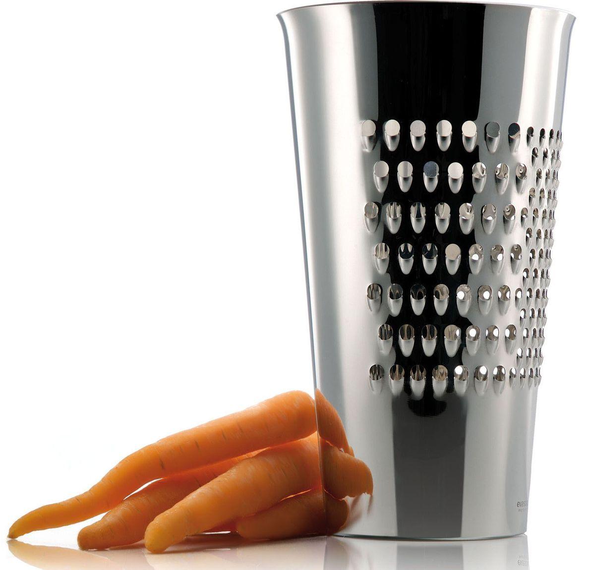 Терка-ведро Eva Solo, 21 смWDK-12Можно натереть овощи, сыр, шоколад или все, что подскажет ваша фантазия, прямо в симпатичное ведерко из нержавеющей стали. Есть три разных терочных поверхности. Можно мыть в посудомоечной машине.Интересное решение от датских дизайнеров из компании Eva Solo - простота, функциональность и неповторимая эстетика даже в самых мелких предметах сделают вашу кухню еще более стильной и оригинальной.