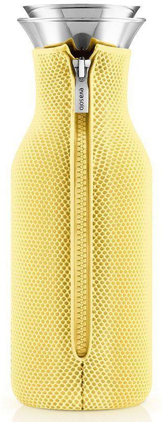 Графин Eva Solo Fridge, в неопреновом чехле 3D, 1 л, цвет: желтый. 567970VT-1520(SR)Подходит для воды, сока или чая, который можно заваривать прямо в графине. Идеален для лимонадов или травяных чаев. Нейлоновый чехол обеспечивает термоизоляцию и сохранит напиток горячим или холодным по желанию. Удобно хранить на полочке в дверце холодильника, размер подходит для большинства моделей. Главная особенность графина — инновационная технология Drip-free (ни капли мимо). Двойное горлышко позволяет гарантировать, что ни одна капля напитка не прольется мимо. Металличсекая крышка графина имеет силиконовую фильтр, который не даст кусочкам лимона или мяты попасть в стакан, а также она сама отодвигается, когда вы наклоняете бутылку. Материалы: боросиликатное стекло, нержавеющая сталь, нейлон, полиэстер. Стеклянные и металлические части можно мыть в посудомоечной машине. Чехол - при деликатной стирке в стиральной машине.