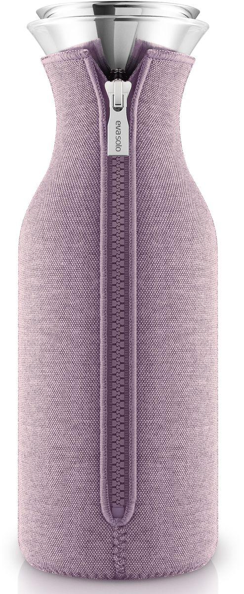 Графин Eva Solo Fridge, в неопреновом чехле, 1 л, цвет: розовый. 567975VT-1520(SR)Стильный лаконичный графин в текстильном чехле будет интересным дополнением любого кухонного интерьера. Модель имеет простую классическую форму колбы, большой объем (1 л), устойчивое дно и широкое горлышко drip-free, которое не позволяет напитку разбрызгиваться при наливании. Колба выполнена из боросиликатного стекла, устойчива к механическим повреждениям, высоким и низким температурам. Защитная герметичная крышка выполнена из нержавеющей стали и каучука. Неопреновый чехол на молнии в оттенке холодной розы выполняет не только декоративную функцию, но также сохраняет напитки теплыми. Колба подходит для мытья в посудомоечной машине, чехол стирается отдельно вручную.