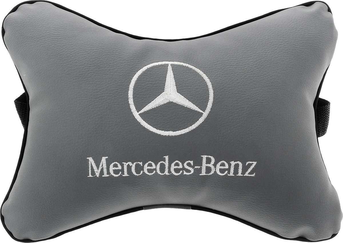 Подушка автомобильная Autoparts Mercedes, на подголовник, цвет: серый, белый, 30 х 20 см37584Автомобильная подушка Autoparts Mercedes, выполненная из эко-кожи с мягким наполнителем из холлофайбера, снимает усталость с шейных мышц, обеспечивает правильное положение головы и амортизирует нагрузки на шейные позвонки при резком маневрировании. Ее можно зафиксировать на подголовнике с помощью регулируемого по длине ремня. На изделии имеется молния, с помощью которой вы с легкостью сможете поменять наполнитель. Если ваши пассажиры захотят вздремнуть, то подушка под голову окажется очень кстати и поможет расслабиться.