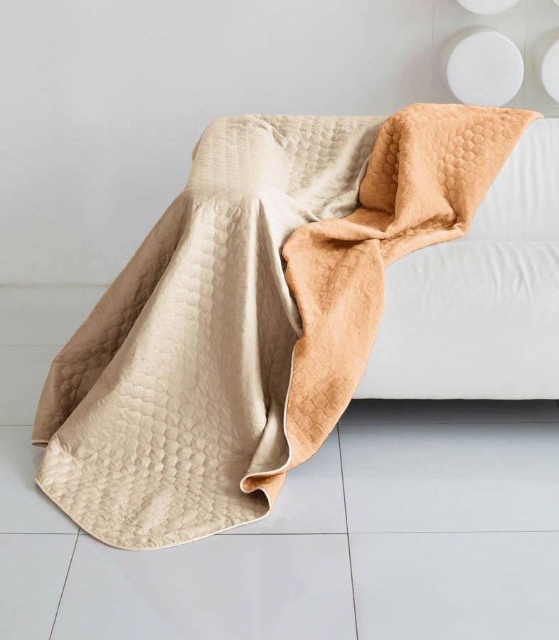 Комплект для спальни Sleep iX Multi Set, евро, цвет: бежевый, рыжий, 4 предмета. pva221556U110DFКомплект для спальни Sleep iX Multi Set состоит из покрывала, простыни, 2 наволочек. Верх многофункционального одеяла-покрывала выполнен из мягкой микрофибры, которая хорошо сохраняет тепло, устойчива к стирке и износу, а низ выполнен изискусственного меха. Этот мех не требует специального ухода, он легко чистится и долгое время сохраняет мягкость и внешний вид. Наволочки, простыня и чехлы подушек выполнены из микрофибры. Комплект для спальни Sleep iX Multi Set - это прекрасный способ придать спальне уют и привнести в интерьер что-то новое.Размер одеяла-покрывала: 200 х 220 см.Размер простыни: 230 х 240 см.Размер наволочек: 50 х 70 см. (2 шт)Наполнитель: Силиконизированное волокно.