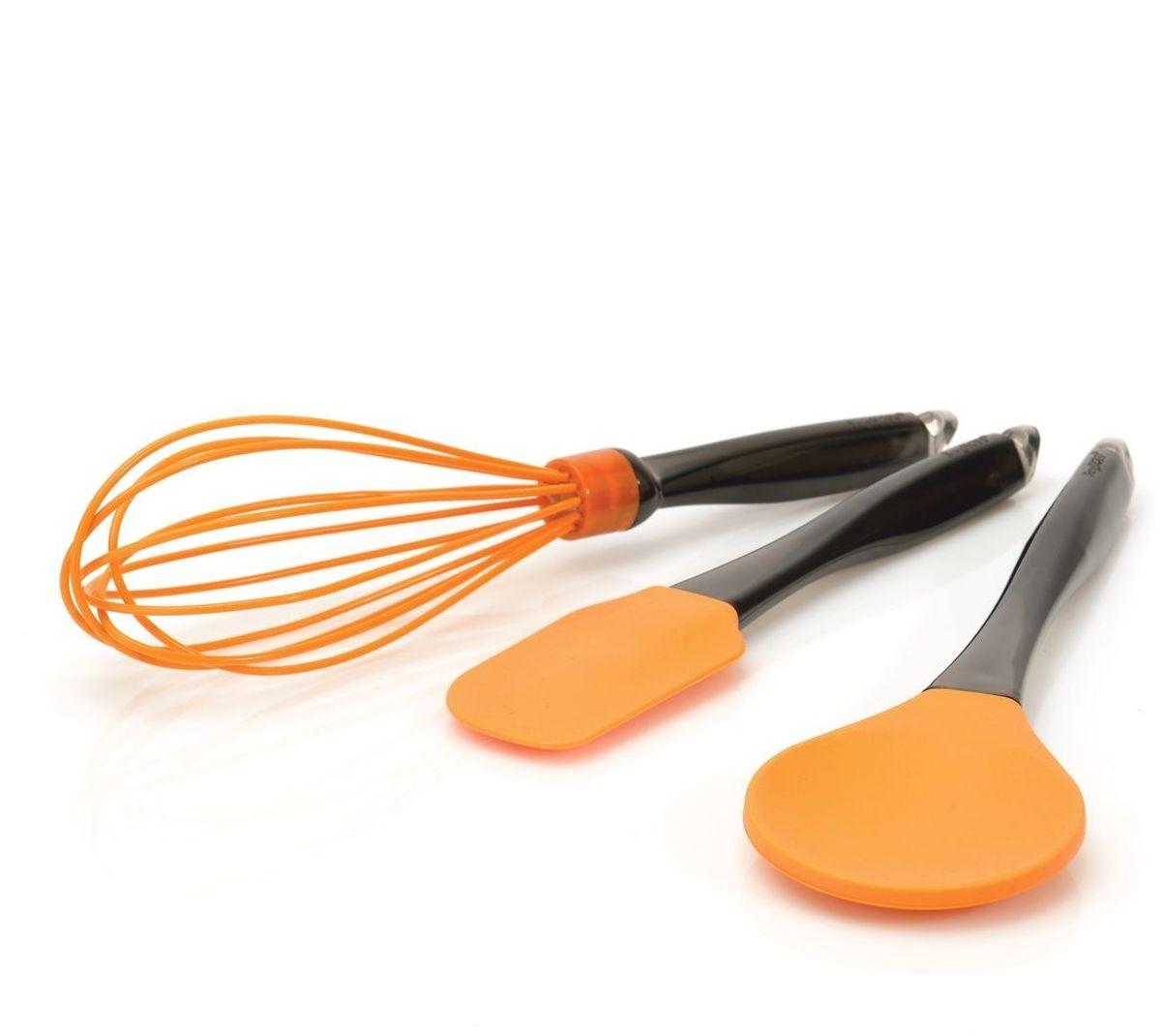 Набор кухонных принадлежностей BergHOFF, цвет: оранжевый, 3 предмета4491006Набор кухонных принадлежностей BergHOFF состоит из двух лопаток и венчика. Рабочая часть предметов выполнена из силикона яркого цвета, поэтому они идеально подходят для посуды с антипригарным и керамическим покрытием. Эргономичные рукоятки изготовлены из высококачественного пластика. Благодаря специальным петелькам на ручках предметы набора можно повесить в любом удобном месте.