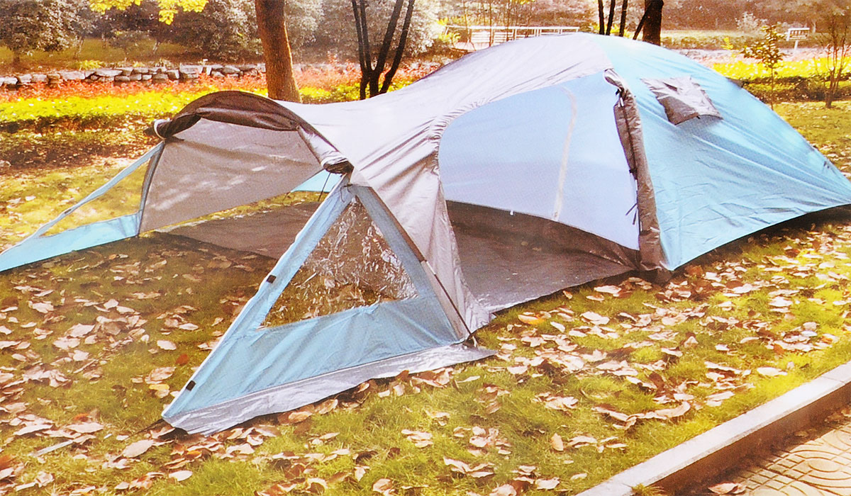 Палатка туристическая Reka, 4-х местная, двухслойная, цвет: серый, морская волна10213Четырех местная палатка Reka выполнена из двух слоев полиэстера, что позволяет хорошо удерживать тепло. Дуги изготовлены из прочного и легкого материала - фибергласа. Палатка с просторным жилым помещением и вместительным тамбуром предназначена для пешеходного классического туризма и активного отдыха. Палатка с отличной вентиляционной системой и противомоскитная сеткой сделает ваш сон приятным. Внешней размер палатки: 435 х 245 х 135 см.Внутренней размер палатки: 210 х 240 х 130 см.