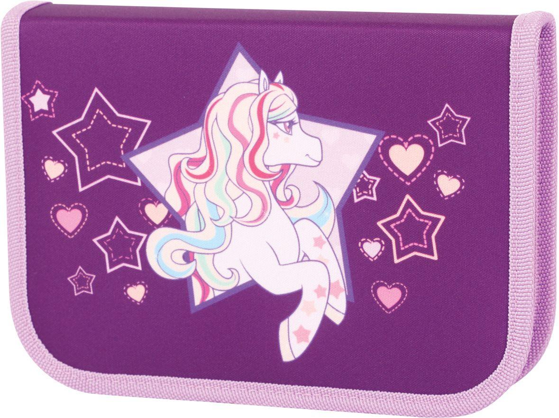 Tiger Enterprise Пенал Rainbow Pony с наполнением 23 предмета72523WDПенал Tiger Enterprise Rainbow Pony станет не только практичным, но и стильным аксессуаром для любой школьницы. Пенал прямоугольной формы выполнен из прочного материала и состоит из одного вместительного отделения, закрывающегося на застежку-молнию. Внутри располагается органайзер для письменных принадлежностей. В комплект также входят 6 цветных карандашей, 6 фломастеров, 2 чернографитных карандаша, макет ручки, ластик, точилку, линейка, треугольник, 3 пластиковые скрепки и расписание уроков. Такой пенал станет незаменимым помощником для школьника, с ним ручки и карандаши всегда будут под рукой и больше не потеряются.