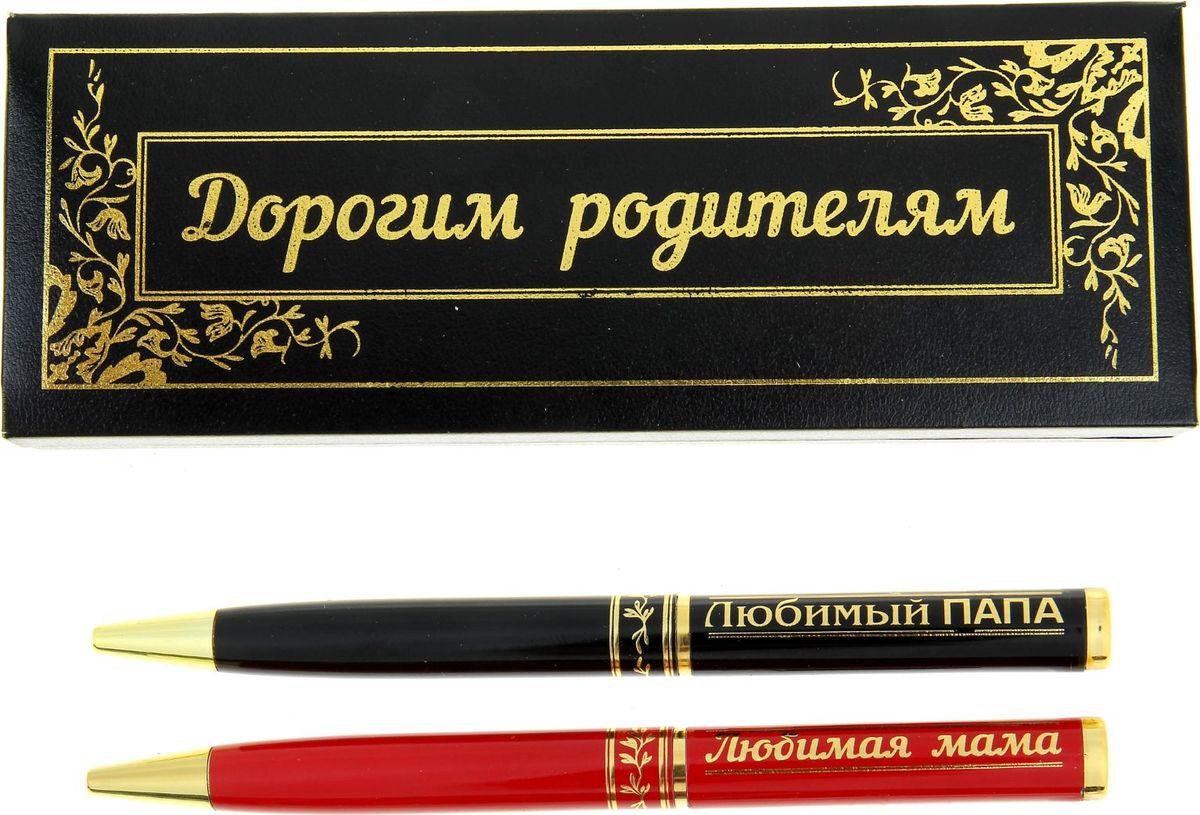 Набор шариковых ручек Дорогим родителям синие 2 шт1003911Порой так хочется побаловать родителей разными мелочами. станет прекрасным выбором в пользу оригинального и практичного подарка. Любимой маме предназначается дамская красная ручка, а папе – стильная черная. Изделия украшены золотым узорным принтом, что делает их эффектными аксессуарами в интерьере и образе своего обладателя.Поворотный механизм надежно закрывает ручку, защищая владельца от синих чернильных пятен на одежде! А коробочка делает такой подарок очень презентабельным.
