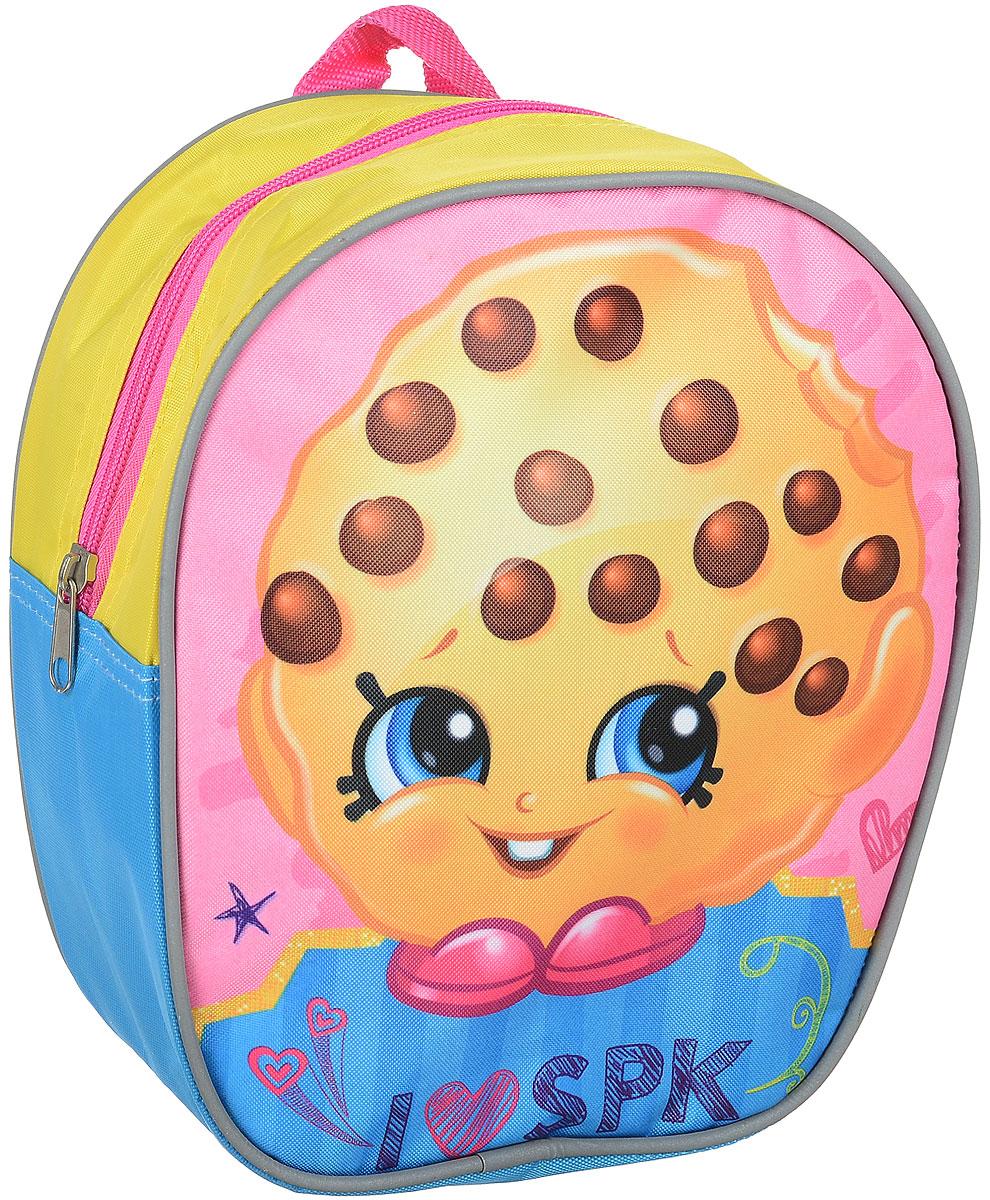 Shopkins Рюкзак дошкольный цвет желтый голубой розовыйK07R960714Дошкольный рюкзачок Шопкинс с милым принтом будет практичным, удобным и привлекательным аксессуаром для вашего ребенка.В его внутреннем отделении на молнии легко поместятся не только игрушки, но даже тетрадка или книжка. Благодаря регулируемым лямкам, рюкзачок подходит детям любого роста. Удобная ручка помогает носить аксессуар в руке или размещать на вешалке. Износостойкий материал с водонепроницаемой основой и подкладка обеспечивают изделию длительный срок службы и помогают держать вещи сухими в дождливую погоду. Аксессуар декорирован ярким принтом с изображением стилизованного печенья с шоколадной крошкой (сублимированной печатью), устойчивым к истиранию и выгоранию на солнце.