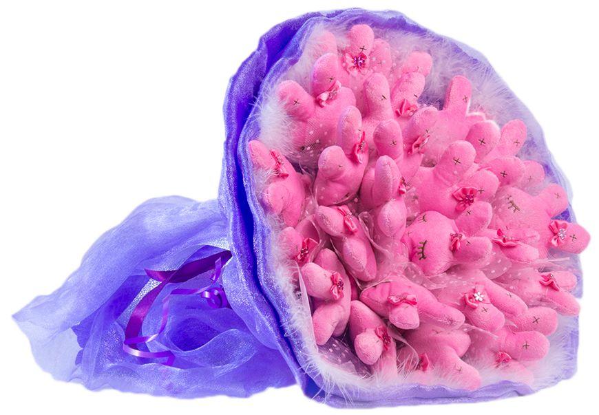 Букет из игрушек Toy Bouquet Зайчата, цвет: фиолетовый, 25 игрушекNN-612-LS-PLВосхитительный букет из 25 милых зайчиков с закрытыми глазками розового цвета, букет сиреневого цвета упакован в мягкую струящуюся органзу с добавлением флористической сетки, декорирован пышным воздушным боа по краю букета и перевязан широкой атласной лентой с добавлением серебристой парчовой тесьмы.Мягкие игрушки, оформленные в букет – приятный подарок для любимой, для мамы, подруги или для ребенка. Оригинальные букеты торговой марки TOY BOUQUET из мягких игрушек прекрасно подойдут для многих праздников: День Святого Валентина, 8 марта, день рождения, выпускной, а также на другие памятные даты или годовщины.