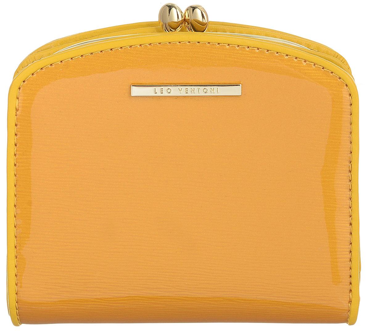 Кошелек женский Leo Ventoni, цвет: желтый. L330837BM8434-58AEЭлегантный кошелек Leo Ventoni выполнен из натуральной лакированной кожи с оригинальным тиснением и оформлен металлической фурнитурой с символикой бренда. Внутренняя часть изделия выполнена из текстиля и натуральной кожи.Изделие закрывается на кнопки. Кошелек содержит два отделения для купюр, два боковых карманов, один вертикальный кармашек, восемь карманов для визиток или пластиковых карт, один кармашек для фото с прозрачным пластиковым окошком. Отделение для монет закрывается на рамочный замок и имеет два отсека. Снаружи, на тыльной стороне кошелька, расположен еще один открытый кармашек. Изделие поставляется в подарочной коробке с логотипом бренда.Стильный кошелек Leo Ventoni станет отличным подарком для человека, ценящего качественные и практичные вещи.