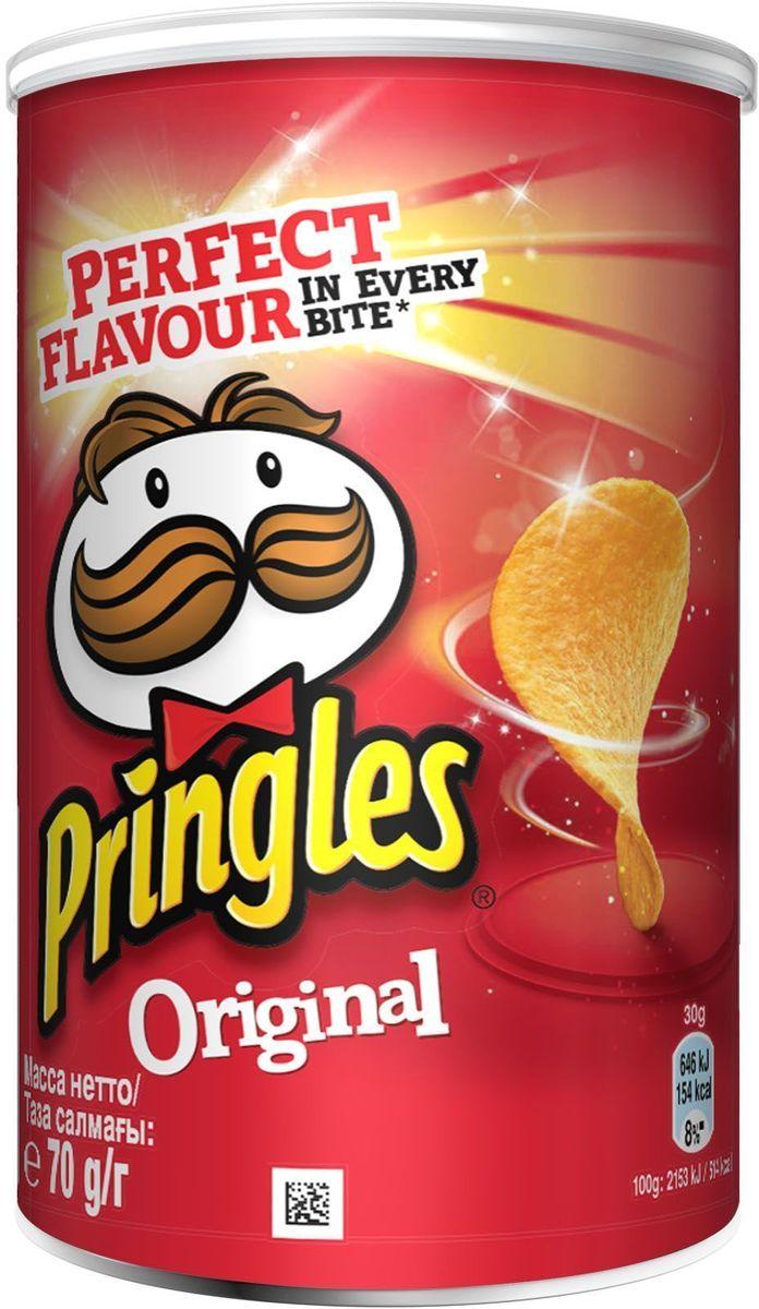 Pringles Original картофельные чипсы, 70 г7001315000Чипсы Pringles оригинальные – это не чипсы, а скорее хрустящее картофельное печенье, так как состоит из обезвоженного картофеля, пшеничного крахмала и кукурузной муки. Чипсы Pringles производят с различными вкусовыми добавками: барбекю, копчёный бекон, оригинальные, паприка, сметана и лук, сыр и лук, сырный сыр (калоризатор). Чипсы Pringles оригинальные выпускают в оригинальной упаковке, в форме тубы.