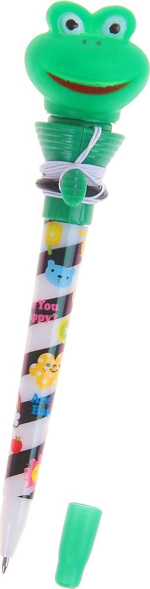 Ручка-стрелялка шариковая Лягушка синяя1019799Ручка-стрелялка Лягушка приведет в восторг окружающих! Шариковая ручка в необычном воплощении способна творить настоящие чудеса! Ведь этот практичный яркий, всегда нужный предмет, которым мы пользуемся каждый день, умеет не только писать, но и поднимать настроение всем вокруг. Красочный дизайн будет дарить улыбки и море позитива — ее не захочется выпускать из рук. А если нажать специальную кнопку, фигуристый наконечник выпрыгнет! Но можно не переживать: далеко он не улетит, так как закреплен на резинке. Такая ручка точно придется по вкусу маленьким деткам: браться за уроки они будут с большим энтузиазмом. А для взрослых будет оригинальным украшением рабочего стола и приятным напоминанием о человеке, который преподнес такой презент!