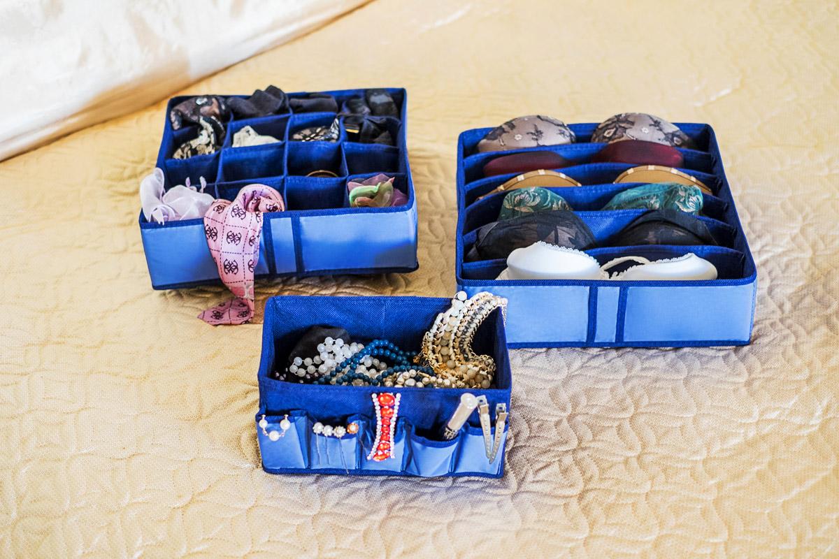 Набор органайзеров Homsu, 3 штRG-D31SНабор органайзеров, выполненный из полиэстера и картона, предназначен для удобного и компактного хранения белья и мелких вещей. Богатый яркий цвет отлично дополняет интерьер, придавая ему оригинальный стиль. В набор входят 3 органайзера:Органайзер для бюстгальтеров на 6 ячеек сохранит форму вашего белья, он компактен, не занимает много места, и в то же время может вместить несколько бюстгальтеров.Органайзер на 16 ячеек для белья и мелких предметов. В него можно сложить носки, трусики и прочие небольшие предметы гардероба, множество ячеек не позволит белью смяться и перепутаться.Коробочка для косметики и мелочей поможет организовать порядок среди женских радостей: аксессуаров, косметических средств, бижутерии.Выбирая набор органайзеров, вы приобретаете практичное хранение вещей, стильные аксессуары для интерьера и свободное пространство.