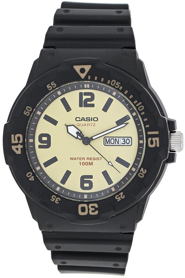 Часы наручные мужские Casio Collection, цвет: черный, песочный. MRW-200H-5BBM8434-58AEНаручные часы Casio Collection выполнены из качественного полимера. Светящееся покрытие циферблата обеспечивает длительную подсветку в темное время суток после короткого воздействия света. Циферблат дополнен окном с указанием даты и дня недели. Натуральный полимерный материал является идеальным для изготовления ремешка благодаря своей чрезвычайной прочности и гибкости. Идеально подходит дляплавания с маской и трубкой: часы являются водонепроницаемыми до 10 Бар (ISO 2281).