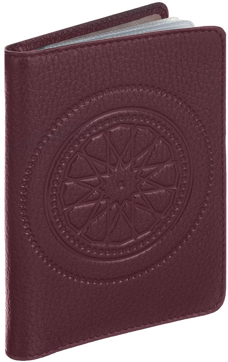 Бумажник водителя женский Fabula Talisman, цвет: бордовый. BV.66.SNSARMA норка С030-1Бумажник водителя из коллекции «Talisman» выполнен из натуральной кожи. На внутреннем развороте 2 кармана: глубокий вертикальный карман из кожи с 4 прорезными карманами для кредитных карт и карман из прозрачного пластика. Внутренний блок из прозрачного пластика для документов водителя (6 карманов).