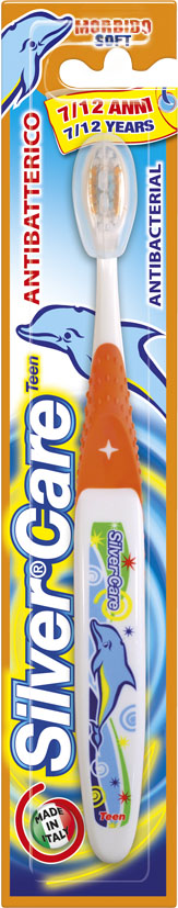 Silver Care Teen от 7 до 12 лет детская зубная щетка, мягкая28032022Разработана специально для молочных и постоянных детских зубов. Удобная анатомическая ручка. Мягкая степень жесткости, щетина эффективно чистит зубы и бережно массирует детские десны. Базовая поверхность головки зубной щетки покрыта серебром 999 пробы.