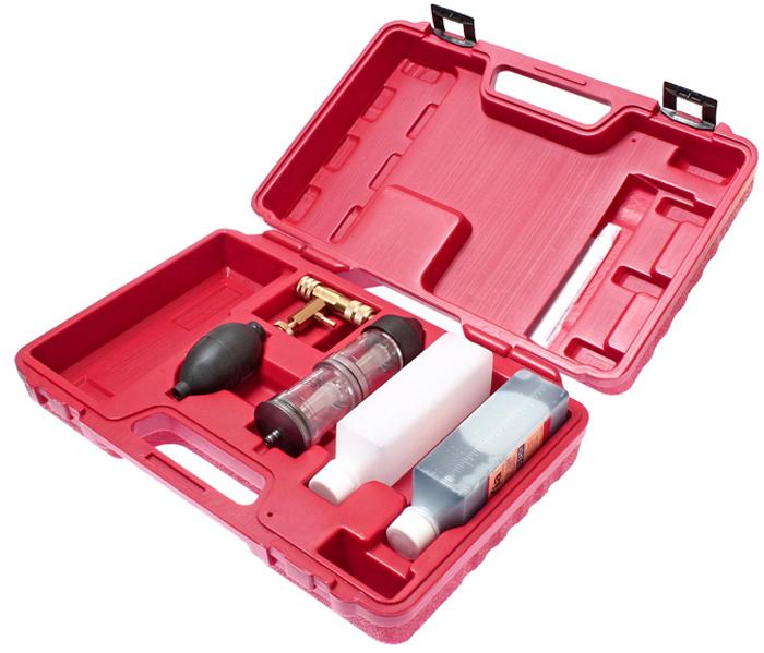 JTC Набор для тестирования утечек. JTC-1236CA-3505Прибор позволяет быстро определить местоположение утечки продуктов сгорания через перекосы головки, поврежденные прокладки или трещины в блоке цилиндров. Проверка производится при работе двигателя на холостом ходу. Если тестовая жидкость синего цвета в течении 60 с становится желтой, то это свидетельствует об утечке продуктов сгорания. Для более точного определения места утечки следует поочередно отключать свечи зажигания и повторять попытку. Приспособление дает наиболее точные представления о местоположении неисправности. Рекомендуется использовать вместе с тестером JTC-1005. В комплект входит контейнер для жидкости 250 мл. Упаковка: прочный переносной кейс. Габаритные размеры: 345/240/80 мм. (Д/Ш/В) Вес: 1246 гр.
