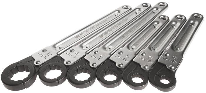JTC Набор ключей раскрывающихся 12-гранных 10-22 мм 6 предметов. JTC-3325SCA-3505Инструменты изготовлены из закаленной хром-ванадиевой стали, за счет чего обладают повышенной прочностью и износостойкостью. Хромированное покрытие снижает вероятность появления царапин и металлических заусенцев. Полированная головка. Особая конструкция ключей способствует быстрой работе по обслуживанию гидравлических, пневматических и других систем автомобиля, например, линий высокого давления. Трещоточный механизм удобен для работы с резьбовыми соединениями в условиях ограниченного доступа, нет необходимости снимать ключ. Размеры в комплекте (мм.): 10, 12, 14, 17, 19, 22. Общее количество ключей: 6. Габаритные размеры: 245/70/70 мм. (Д/Ш/В) Вес: 1030 г.