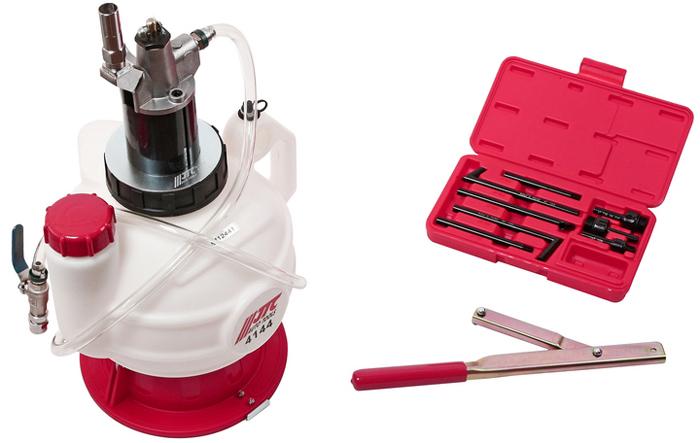 JTC Диспенсер ручной для заправки АКПП жидкостью ATF. JTC-4144ACA-3505Специально предназначена для заправки маслом автоматической коробки передач. Сменные фитинги подходят для различных марок автомобилей. Ручной насос для создания вакуума предотвращает загрязнения маслом. Емкость: 7,5 л. Расход: 75 см³/цикл. Стандартные фитинги (8 ед.). Размеры шланга: 3/8 х 4,5 ft.; длина: 1300 мм. Размеры: 260х370х595 мм. Размеры фитингов 8 ед.: АТ-101 Форд (Ford). АТ-102 универсальный наконечник АТ-103 Фольксваген (Volkswagen), Ауди (Audi). АТ-104 Фольксваген (Volkswagen), Ауди (Audi). АТ-105 Фольксваген (Volkswagen), Ауди (Audi). АТ-106 Мерседес (Mercedes-Benz) 722.9, Altis 2010. АТ-107 Фольксваген (Volkswagen) DSG, Ауди (Audi). АТ-108 Фольксваген (Volkswagen) CVT, Ауди (Audi).Дополнительные фитинги: АТ-109 Вольво (Volvo). АТ-110 Тойота (Toyota) (CVT). АТ-111 Шкода (Skoda).Габаритные размеры: 560/320/320 мм. (Д/Ш/В) Вес: 5400 гр.