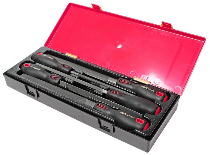 Набор напильников JTC, 5 шт. JTC-K8052CA-3505В комплекте: Напильник плоский 200 мм - 1 шт. Напильник полукруглый 200 мм - 1 шт. Напильник треугольный 200 мм - 1 шт. Напильник круглый 200 мм - 1 шт. Напильник квадратный 200 мм - 1 шт.Общее количество предметов: 5 шт. Комплект упакован в прочный презентабельный бокс. Габаритные размеры: 370/145/55 мм (Д/Ш/В). Вес: 1320 г.