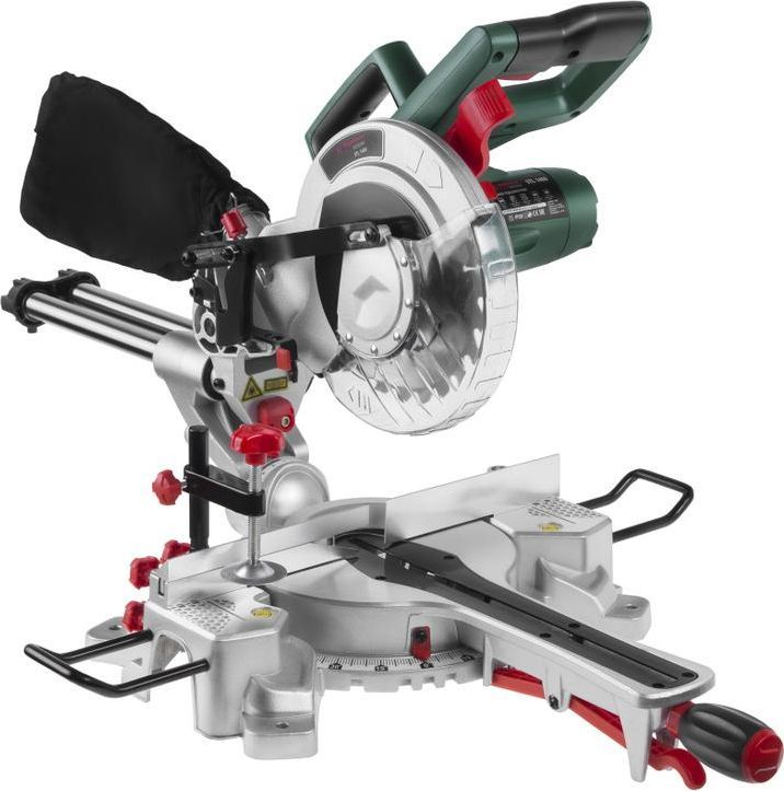 Пила торцовочная (стусло) Hammer Flex STL1400/210PL175-009Пила торцовочная (стусло) Hammer Flex STL1400/210PL предназначена для многократной угловой, наклонной и комбинированной распиловки древесины, хотя при смене диска вполне справляется с пластиками и алюминием. Рабочая головка торцовочной пилы оснащена пильным диском диаметром 210 мм и может поворачиваться относительно рабочего стола на некоторый угол в горизонтальной плоскости в обе стороны и наклоняться на некоторый угол в вертикальной плоскости. Еще торцовочные пилы иногда называют торцовочно-усовочными, намекая на соединение деталей в ус, с косым соединением. Торцовочная пила с двигателем мощностью 1400 Вт снабжена функцией протяжки для обработки заготовок шириной до 300 мм. Диск диаметром 210 мм способен обрабатывать заготовки до 65 мм толщиной. Для максимальной точности пиления инструмент оснащен лазерной направляющей. Возможность обработки длинных заготовок определяют расширители рабочего стола. Устойчивость придает специальная подставка с тыльной стороны корпуса. Заготовки надежно фиксируются на столе благодаря струбцине. Прочная литая станина устойчива к механическим нагрузкам. Для удобства переноски имеется встроенная в корпус рукоятка. Глубина пропила под углом 0°/90°: высота/ширина 65/300 мм. Глубина пропила под углом 0°/45°: высота/ширина 35/300 мм. Глубина пропила под углом 45°/90°: высота/ширина 65/210 мм. Глубина пропила под углом 45°/45°: высота/ширина 35/210 мм.Максимальная глубина пропила под углом 90°: 65 мм. Максимальная глубина пропила под углом 45°: 35 мм. Максимальная ширина пропила под углом 90°: 300 мм. Максимальная ширина пропила под углом 45°: 210 мм.