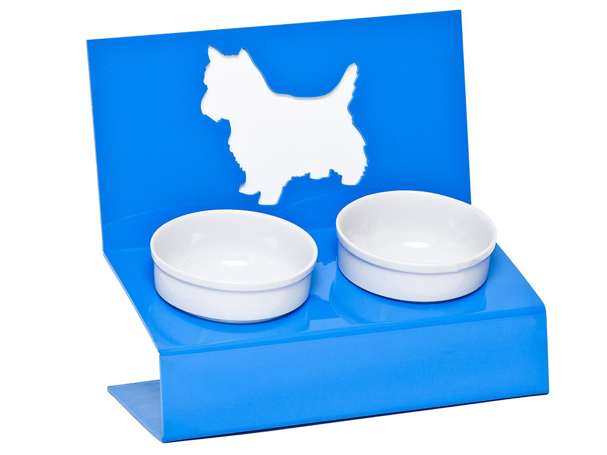 Миска для животных Artmiska Любимая собачка, двойная, на подставке, цвет: синий, 2 х 350 млЛ-3Artmiska - это фарфоровые миски на дизайнерской подставке, которые созданы специально для кошек и собак мелких пород.Высота подставки и угол ее наклона максимально обеспечивают правильное положение тела кошки или собаки при кормлении.Оптимальная высота и угол наклона подставки, форма и объем миски эффективно снижают разбрасывание корма домашним питомцем.Artmiska подходят для всех кошек и собакам мелких пород – той-терьерам, шпицам, йоркширским терьерам, карликовым пинчерам, чихуахуа и другим. Объем каждой миски: 350 мл.
