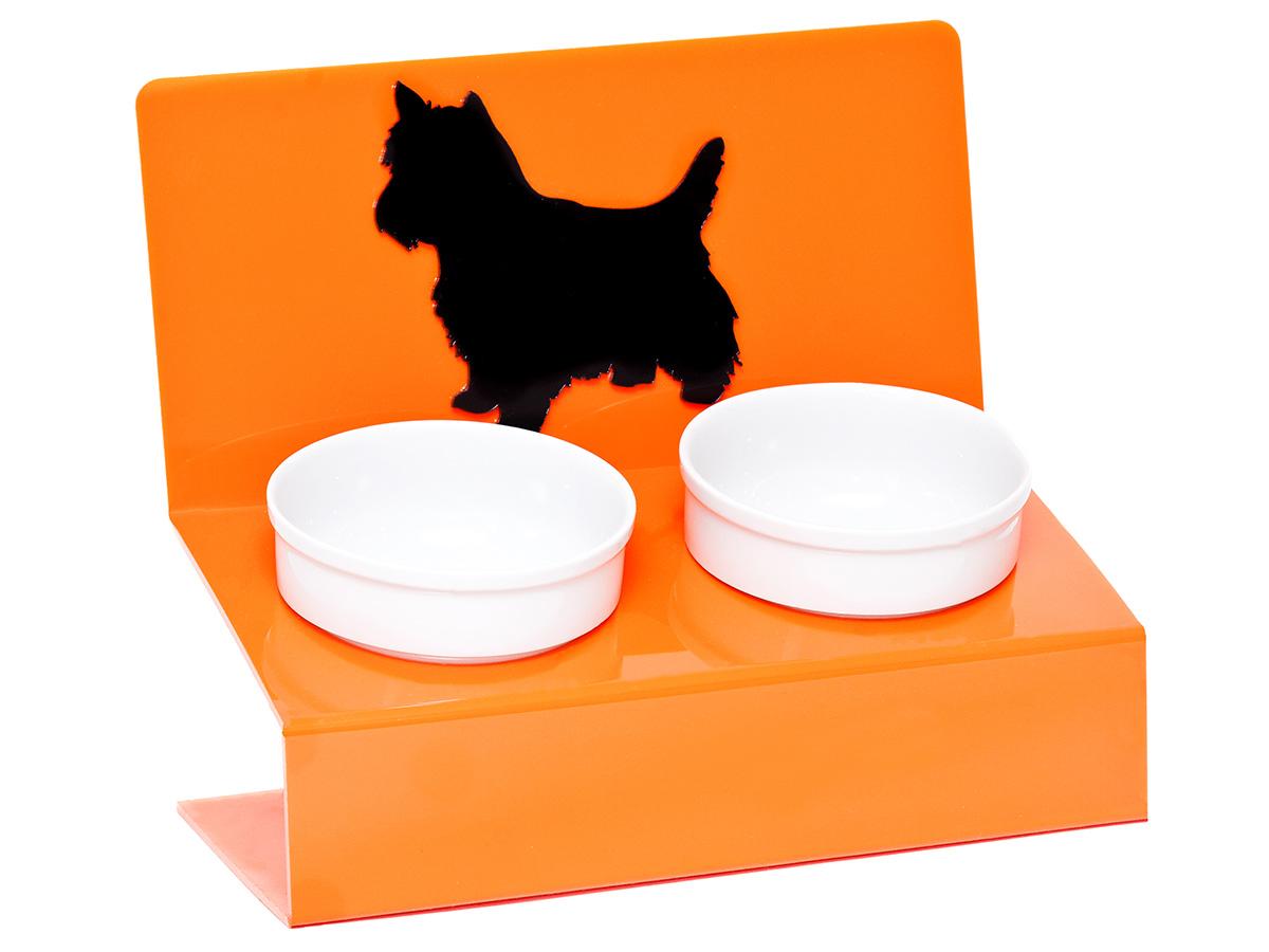 Миска для животных Artmiska Любимая собачка, двойная, на подставке, цвет: оранжевый, 2 х 350 мл0120710Artmiska - это фарфоровые миски на дизайнерской подставке, которые созданы специально для кошек и собак мелких пород.Высота подставки и угол ее наклона максимально обеспечивают правильное положение тела кошки или собаки при кормлении.Оптимальная высота и угол наклона подставки, форма и объем миски эффективно снижают разбрасывание корма домашним питомцем.Artmiska подходят для всех кошек и собакам мелких пород – той-терьерам, шпицам, йоркширским терьерам, карликовым пинчерам, чихуахуа и другим. Объем каждой миски: 350 мл.