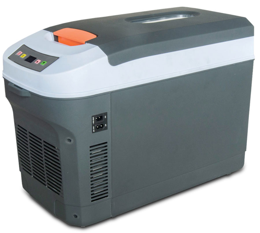 Холодильник автомобильный AVS CC-22WA, 22 лAAC-01Холодильник автомобильный AVS CC-22WA - 22-литровый автомобильный холодильник с программируемым сенсорным управлением сохранит выбранную температуру полтора-два часа после отключения сети. Работает в противоположных границах температур: от минус 2°C в максимальном значении охлаждения до плюс 65°C в режиме нагрева. Пластмассовый корпус неприхотлив в обслуживании, протирать его можно без приложения каких-то сверхъестественных сил. Также, как и при подъеме: весит холодильник чуть более 5 кг, при габаритах 54,5x27,6x37см. Для переноса в комплект вложен удобный ремень на плечо. При горизонтальном прикреплении тяжесть распределяет равномерно.