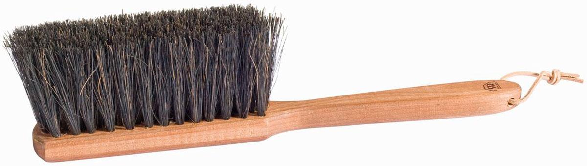Щетка для сада Redecker, универсальнаяNN-604-LS-BUУниверсальная щётка для сада, выполненная из окрашенной древесины бука и волокна аренги, которое добывают из листьев азиатской сахарной пальмы. Оно характеризуется высокой прочностью и эластичностью, а главное - устойчивостью к влажности. Например, аренгу применяют для изоляции подводного оборудования и подземных труб от сырости. Эти качества идеальны также для уличной щётки любого типа, в особенности потому, что чаще всего уборка необходима в периоды дождей или весной во время капели. Используйте эту щетку для садовых скамеек, столов и патио. Она без труда очистит поверхность от опавших листьев, песка, грязи. Длина щётки - 35 см. К ручке прикреплен небольшой ремешок, позволяющий хранить щётку вертикально.