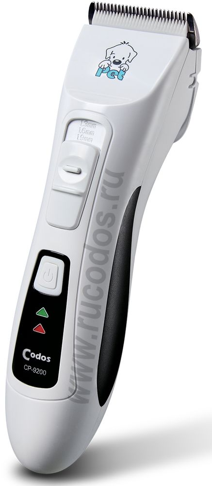 Машинка для стрижки животных Codos СР-9200101246Это машинка роторного типа, работает от аккумулятора и от сети 220V. Машинка с низким уровнем шума - дает возможность снизить уровень тревожности у животного во время стрижки. Новейший аккумулятор LiFePO4 разработанный на основе нанофосфатной технологии – всего после 1,5 часов зарядки, работает 2 часа без подзарядки. Съёмный аккумулятор возможно заряжать автономно (отдельно от машинки). Таким образом, Вы получаете полную свободу от проводов. Вам потребуется только иногда менять аккумуляторы (один ставим на зарядку, на другом – работаем)a. Можно работать от сети, если разрядился аккумулятор. Нож/лезвие – с регулировкой длины 1-3 мм (если стричь не против роста волос), ширина 45 мм - нержавеющая сталь отличного качества, движущаяся часть ножа - керамика. Нож съемный - легко чистится и заменяется на новый в случае необходимости. Не требует заточки, длительное время остается острым u подходит для любого типа шерсти собак и кошек . Идеально подходит для домашнего и салонного использования.