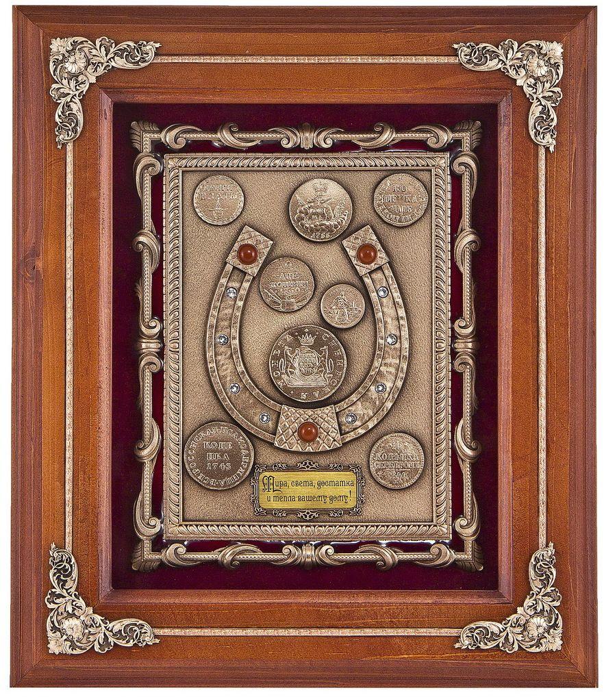 Ключница Подкова с монетами, 28 х 34 см. Авторская работа. КЛД -508орехАкварель 18В ключнице «Подкова с монетами» реализованы сразу несколько символов. Подкова – один из древнейших и самых известных символов удачи, успеха и богатств.Богатство будут притягивать также прозрачные кристаллы Сваровски, которые инкрустированы в подкову.Они привлекут в помещение больше света, а в ясные дни, преломляя солнечные лучи, будут создавать радугу. На подкове также размещены полудрагоценные камни яшма. Тенденция использовать камни не только как украшения, но и как талисман, амулет, приносящий владельцу здоровье, счастье, существовала в глубокой древности у самых разных народов. Яшма – это великолепный лекарь. По даосским верованиям яшма считалась «камнем жизни», так как она продлевает жизнь и улучшает состояние всего организма. Богатство символизируют, естественно, и сами деньги. Деньги притягиваются к деньгам, поэтому они должны быть в доме всегда. Недаром существует традиция при переезде в новую квартиру разбрасывать монетки по углам. На панно размещены копии уникальных монет с петровских времен, обладающих большой положительной энергетикой. Например, в верхнем левом углу – жетон «ДЕНГИ ВЗАТЫ». Пётр I в 1698 году издал указ «О ношении немецкого платья, о бритии бород и усов, о хождении раскольникам в указанном для них одеянии», запретивший ношение бороды. Для контроля за уплатой пошлины, было решено выдавать специальные монеты, свидетельствующие о том, что пошлина уплачена – бородовой знак. На лицевой стороне была изображена борода и сделана надпись «ДЕНГИ ВЗАТЫ». Со временем монеты превратились в «бородовые копейки» и их стали использовать как платежное средство. Уникальны также «Сибирские монеты» времен Екатерины II, золотой червонец 1923 года, и конечно же знаменитые копейки (от слова «копье», которым поражал дракона Георгий-Победоносец и которого изображали на монетах.)Деревянный багет, бархат, стекло, медь с эмалями, полудрагоценный камень яшма, стразы Сваровски, металлизиро