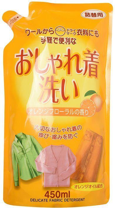 Гель для стирки одежды Rocket Soap. Цветок апельсина, для деликатных тканей, 450 млK100Гель с экстрактом апельсина в составе предназначен для стирки изделий из шерсти, шёлка, хлопка, льна и синтетических тканей. Средство прекрасно отстирывает загрязнения, содержит компоненты обновляющие ткань и придающие ей мягкость и воздушность. Предотвращает образование катышков и деформирование ткани. Придает белью легкий цитрусовый аромат. Средство продается только в мягкой упаковке, Перед применением перелейте средство в чистую и сухую бутылку. Способ применения: Внимание: Не использовать гель для изделий из кожи, галстуков, костюмов, пиджаков; изделий из тканей, которые садятся и линяют; изделий из тканей, трудно поддающихся глажке утюгом; изделий со знаками на ярлыках Нельзя стирать Сухая чистка. Если у вас чувствительная кожа, Перед применением рекомендуется надеть резиновые перчатки. После использования помойте руки и нанесите крем. Использовать только по назначению. Хранить в местах недоступных для детей. Чрезвычайные меры: Если вы случайно выпили средство, прополощите рот и запейте большим количеством воды. При попадании в глаза сразу же промойте большим количеством проточной воды. При появлении каких-либо реакций, следует обратиться к врачу за консультацией. Состав: более 30% - вода; от 5 до 15% - алканоламид жирной кислоты, этоксисульфаты спирта; менее 5% - полиоксиэтилен алкил эфир, аминоденатурированный силикон, этилен диамин тетраацетат, антимикробный компонент, отдушка, масло апельсина, лимонная кислота. Среднещелочное средство.