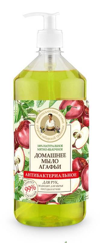 Рецепты бабушки Агафьи Мыло домашнее Мятно-яблочное антибактериальное, 1 лSatin Hair 7 BR730MNМятно-яблочное мыло Агафьи – это новый продукт в линейке уже полюбившегося домашнего мыла, теперь с доказанными антибактериальными свойствами. Домашнее мыло прекрасно подходит для мытья рук и посуды, справляется с уборкой на кухне и убивает 99% бактерий. Мыльный корень – натуральная пенящаяся основа, богатая сапонинами, эффективно очищающая, но при этом абсолютно безопасная и гораздо мягче щелочи, используемой в обычном мыле. Яблочные кислоты очищают загрязнения любой природы и растворяют жир. Эфирное масло лимонника и мятное масло обладают антисептическими и бактерицидными свойствами, придает посуде и кухонным поверхностям свежесть. Экстракт мелиссы насыщает кожу витаминами, придает ей мягкость и нежность.