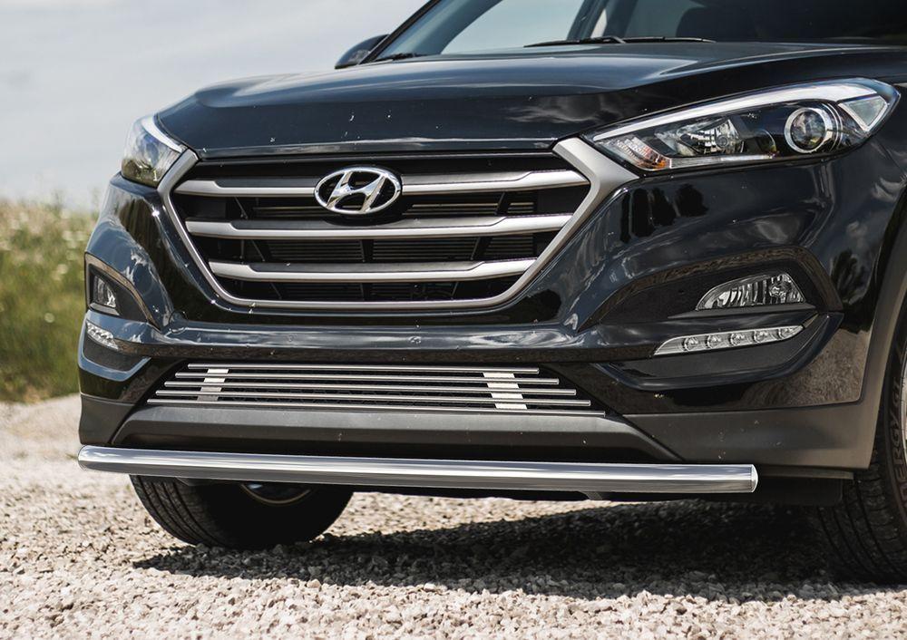 Решетка бампера Rival для Hyundai Tucson 2015-240000Стильная решетка бампера Rival придает Вашему автомобилю индивидуальность и выделяет его в насыщенном городском потоке, защищает радиатор от повреждений.- Произведена из высококачественной нержавеющей стали (марка AISI 304, толщина стенки 1,5 мм, диаметр трубочек 10 мм) обеспечивает долговечную эксплуатацию. - Гарантия на сквозную коррозию и на целостность сварных швов - 5 лет.- Использование электроплазменной полировки позволяет добиться качественной равномерной зеркальной поверхности.- Простая установка в штатные места крепления не требует сверления и дополнительной доработки автомобиля. Установка занимает не более 15 минут.- Продукт сертифицирован, нет проблем с постановкой на учет.- Производство на высокоточном оборудовании позволяет изготовить индивидуальный продукт с высокой точностью повторения геометрии автомобиля.- В комплекте крепеж и инструкция по установке.Совместимость с дополнительным оборудованием и аксессуарами Rival и с большинством оригинальных аксессуаров.
