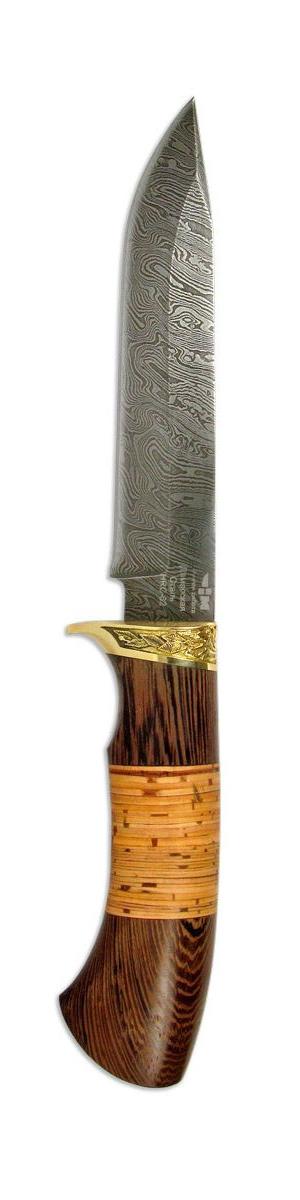 Нож охотничий Ножемир Клен, 14,7 смКЛЁН (2154)дОхотничий нож Ножемир Клен выполнен из высококачественной дамасской стали.Дамасская стальполучается при многократной перековке стального пакета, который состоит из сталей с различным содержанием углерода. Для того, чтобы узор проявился на клинке, применяется особая технология, в основе которой лежит высоколегированная сталь, армированная наиболее упругими волокнами. У клинка толщина толщину 1,8 мм и закалка до твердости 62 HRC.Нож прекрасно сбалансирован и управляем. Удобен для разных сфер применения, хоть лося разделать или колбаску нашинковать - хороший дамасский нож справится со всеми этими задачами без проблем. Но есть один недостаток ножей из дамасской стали - дамаск подвержен коррозии и требует к себе особого внимания. Изделие обладает оптимальными характеристиками с хорошей износоустойчивостью и твердостью. Рукоятка ножа, созданная из ценных пород древесины, может украшена декоративными вставками и художественным литьем из мельхиора, латуни или других сплавов.Нож комплектуется кожаным чехлом для переноски и хранения.Общая длина ножа: 27 см.