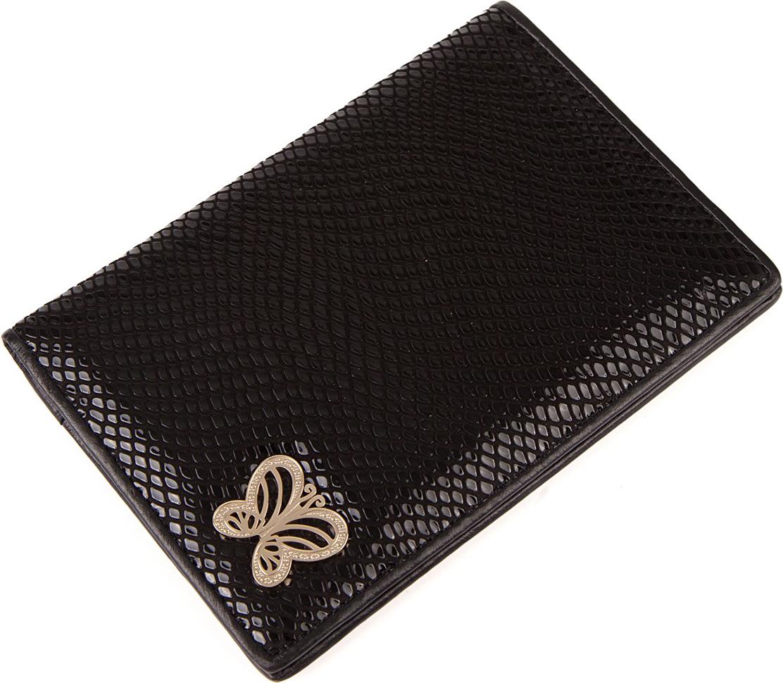 Обложка для паспорта женская Labbra, цвет: черный. L053-0011KW064-000255Обложка для документов торговой марки Labbra выполнена из натуральной кожи с декоративным тиснением. Внутри предусмотрено 3 прорезных отделения для кредитных карт.