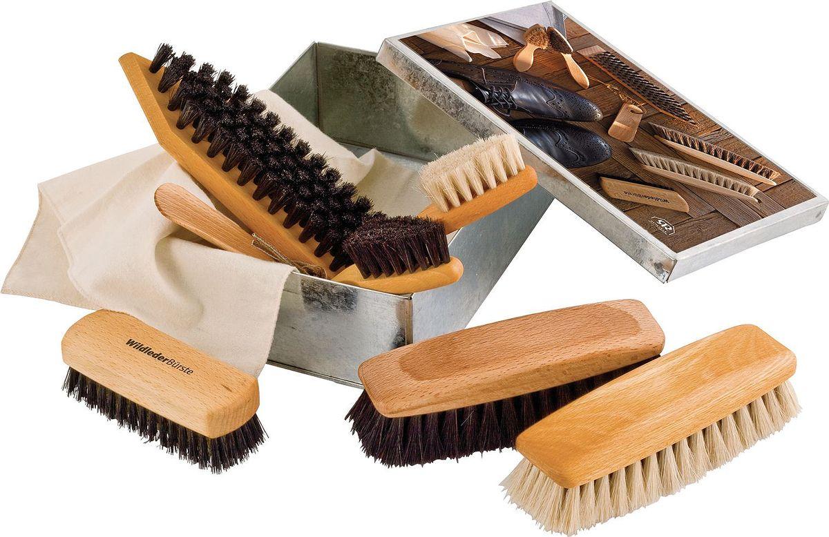 Набор для ухода за обувью Redecker, 7 предметовSS 4041С тех пор, как обувь стали покупать только на один-два сезона, искусство правильного ухода за обувью превратилось в почти забытое ремесло. Тем не менее, качественные и надежные щётки для обуви способны не только сохранить ваши ботинки красивыми, но и оставить ваш кошелек целым. Правильный уход за обувью подразумевает собой разносторонний процесс, который требует разных по функционалу приспособлений. Данный набор от Redecker включает:- две щётки-аппликатора с тёмной и светлой щетиной для нанесения и втирания специального обувного крема- две шлифующие щётки с тёмной и светлой щетиной из мягкого конского волоса для придания особого блеска- щётка для удаления грязи с острым уголком и темной щетиной- щётка для обуви из нубука и замши с темной щетиной и латунной проволокой в центре- небольшой рожок для обуви из промасленной древесины бука с ремешком на концеВсе щётки хранятся в металлической коробке, а к набору для удобства прилагается небольшая хлопковая тряпочка.Размер коробки - 16,5 х 22,5 х 7 см. Рисунок на крышке отображает содержимое. Замечательный вариант для подарка себе и близким.