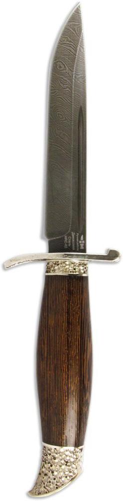 Нож Ножемир НКВД, дамасская сталь, с ножнами, общая длина 26 см. (5232)дC-168 НожемирНож Ножемир НКВД выполнен из высококачественной дамасской стали. Дамасская сталь получается при многократной перековке стального пакета, состоящего из сталей с разным содержанием углерода, для проявления узора на клинке применяется особая технология, в основе лежит высоколегированная сталь, армированная более упругими волокнами. Клинок имеет толщину 1,8 мм и закалку до твердости 62 HRC. Нож хорошо сбалансирован и управляем. Очень удобен в большинстве ситуаций применения на охоте, хоть лося разделать, хоть колбаску нашинковать - хороший дамасский нож справится со всеми этими задачами без проблем и не затупится. Но стоит помнить о недостатке ножей из дамасской стали - дамаск подвержен коррозии и требует к себе особого внимания. Рукоятка ножа, выполненная из ценных пород древесины, украшена декоративными вставками и художественным литьем из латуни. Нож комплектуется кожаными ножнами. При продаже или покупке не требует никаких разрешений. Общая длина ножа: 26 см.