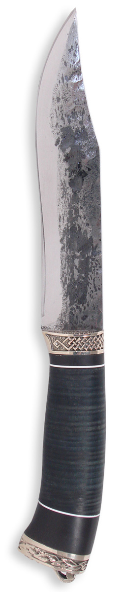 Нож Ножемир Комбат, инструментальная сталь, с ножнами, общая длина 26,5 см. (8480)1496238Нож ручной ковки Ножемир Комбат обладает клинком из стали 9ХС. Клинок выкован и оттянут с помощью наклепа, вручную. Нож не имеет стандартной заточки. Острота клинка обеспечивается за счет спусков, выведенных в ноль. Например, тем же способом заточена опасная бритва, хотя и у бритвы есть заточка. Сталь 9ХС является инструментальной сталью, из которой выполняются метчики и сверла по металлу. Клинок ножа имеет толщину 4 мм и закалку до твердости 64 HRC. Рукоять ножа, выполненная из кожи и эбонита, украшена декоративными вставками и художественным литьем из мельхиора. Не рекомендуется рубить ножом с тонкой подводкой режущей кромки, потому что в виду тонкого острия, режущая кромка может крошиться. Такой нож создавался для легкого реза, отлично подойдет для разделывания дичи. Однако сталь имеет склонность к окислению и требует ухода, как любой инструмент.В комплекте кожаный чехол для переноски и хранения.Общая длина ножа: 26,5 см.Твердость стали: 64 HRC.