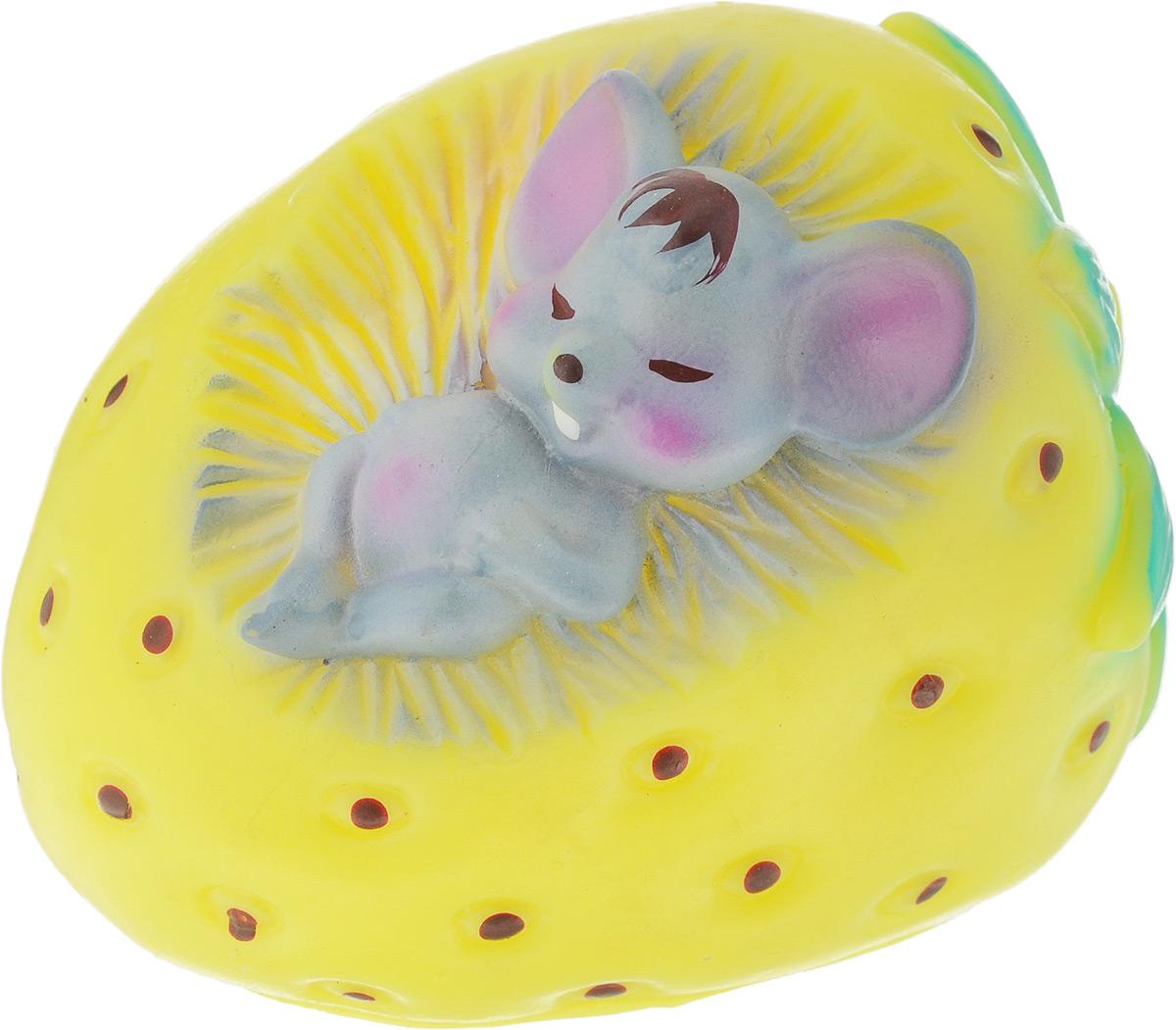 Игрушка для собак Зооник Мышь в клубнике, цвет: желтый, серый, зеленый, 7,5 х 10 х 11 смGLG004m-NT558Игрушка для собак Зооник Мышь в клубнике, выполненная из резины, отличается оригинальным дизайном. Высококачественный материал игрушки поможет ей прослужить дольше. Рельефная поверхность игрушки массирует десны, что способствует профилактике заболеваний полости рта. Игрушка оснащена пищалкой, что вызовет дополнительный интерес вашего питомца. Такая игрушка порадует вашего любимца, а вам доставит массу приятных эмоций, ведь наблюдать за игрой всегда интересно и приятно. Размер игрушки: 7,5 х 10 х 11 см.