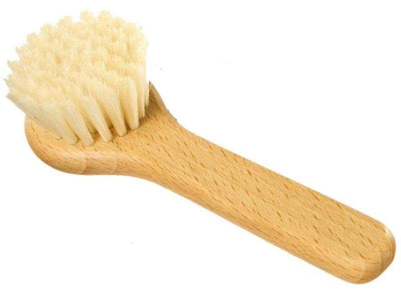 Щетка для грибов Redecker, с ручкой, длина 13 смNN-604-LS-BUНатуральная небольшая щётка, созданная специально для грибов. Изготовлена из промасленной древесины бука и светлой щетины. Если мыть грибы под водой, при этом сдирая их тонкую и деликатную кожицу ножом, они потеряют свой вкус и ценные ингредиенты, расположенные на поверхности. Чтобы гриб сохранил свои полезные свойста, лучше очистить его от земли и грязи при помощи щётки Redecker. Она аккуратно снимет все ненужные частички, не нарушая при этом целостности гриба.Щётка станет отличным подарком и идеальным помощником для всех грибников и тех, кто хочет максимально сохранить полезные свойста натуральных продуктов.Длина щётки - 13 см.