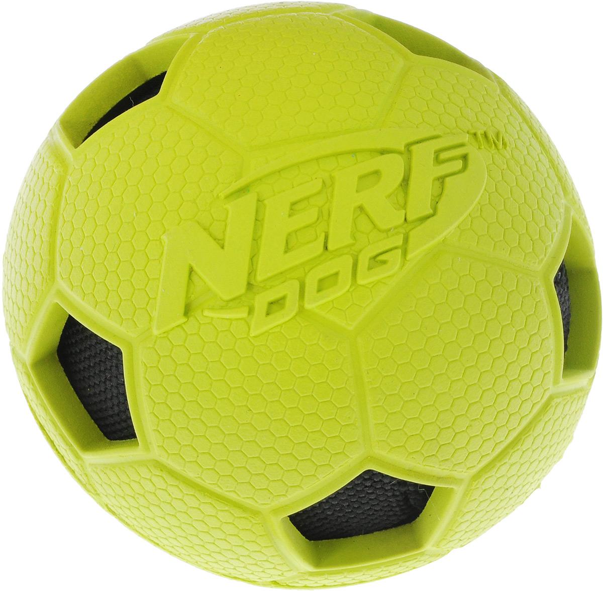 Игрушка для собак Nerf Мяч футбольный, цвет: салатовый, черный, диаметр 7,5 см75377Игрушка для собак Nerf Мяч футбольный обеспечит вашей собаке веселое времяпрепровождение. Мяч изготовлен из резины и снабжен внутренним текстильным шаром с шуршащим наполнителем. Игрушка абсолютно безопасна для питомца и его зубов. Мяч обладает хорошей прыгучестью и обязательно понравится вашему питомцу. Диаметр игрушки: 7,5 см.